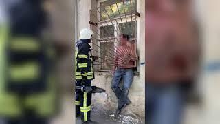 Николаевец застрял в оконной решетке — освобождать пришлось спасателям. ВИДЕО