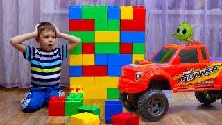 Рома и Хелпик играют в машинки! Хелпик увеличил машинки kids play with toys