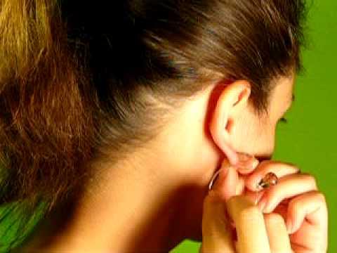 Ohrring einfädeln