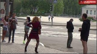 Смотреть онлайн Девушка в красном под бутиратом танцует на улице