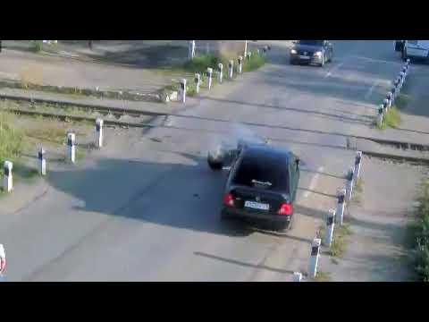 Девушка за рулем автомобиля Honda столкнулась с электричкой