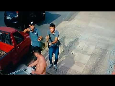 Câmera flagra homens armados roubando morador na porta de casa no Marquês