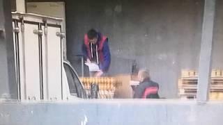 Новости Тулы: Сотрудники супермаркета разгружают хлеб голыми руками