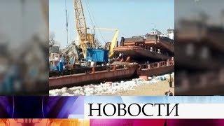 В Казахстане неудачно взрывали лед: пострадали жилые дома в округе, волной выбросило баржу.