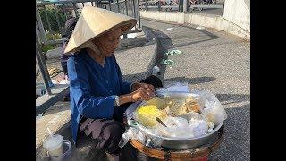 Cụ bà 60 năm bán xôi bắp trên cầu Chà Và
