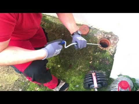 Rohr-Reinigungsspirale benutzen Abflussspirale benutzen um einen Verstopften Abfluss zu reinigen DIY