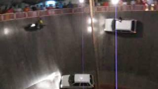 Смотреть онлайн Автолюбители-экстремалы в вертикальной езде