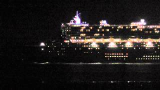 preview picture of video 'Queen Mary 2 nachts auf der Elbe am 5.8.11'