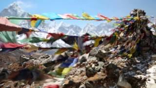 Os Túmulos Dos Escaladores De Chuhukpi Lhare – Everest