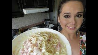 """https://www.youtube.com/watch?v=QfqO5Gth1mU Suena bien sencillo, """"espaguetti a la crema"""" Pero éste espaguetti ha conquistado el corazon de muchos niños, y de sus propios papás.. y hasta de los maestros de la manita ladrona! No sólo es espaguetti con crema, tiene su secretito ahi escondido, y el secreto es mantequilla y un chorronal de queso, y mi recomendación: usa ingredientes de buena calidad y como resultado y regla, tendrás siempre un platillo de excelente calidad!! Para ti que eres niño en cuerpo y en alma!!!  Ingredientes: 500 gramos de espaguetti mantequilla cebolla picada queso crema queso manchego queso oaxaca queso panela en cuadritos crema para batir sin batir crema acida  mexicana o media crema sal y pimienta consomé de pollo en polvo Salsa macha para adulterar pan tostado para acompañar  Receta de la salsa macha para toda ocasión: https://www.youtube.com/watch?v=x-xcwrut-NU  Costo aproximado: 200 pesos para 10 personas ó 25 niños  Con qué lo acompaño?  Lo mejor es acompañar con cualquier proteína: pollo asado, pollo rostizado, salmon asado en mantequilla, o para los adultos un buen bisteck de res asado  Calorias? Tiene un buen de calorías por lo que es de esos platillos de una ves al año no hace daño, y no es recomendable para personas con higado graso ya que contiene altos niveles de grasa al igual que personas con intolerancia a la lactosa y al gluten."""