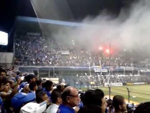 """""""Recibimiento de Hinchada de Emelec CS Emelec vs peñarol CBL 2013"""" Barra: Boca del Pozo • Club: Emelec"""
