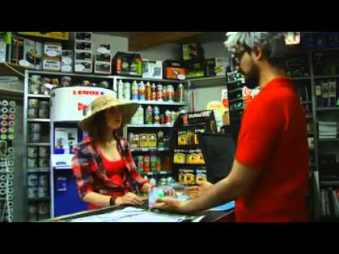 Negoziante sardo non capisce una turista inglese - video divertente