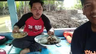 preview picture of video 'Pemuda ini makan makanan istimewa di kapal pinisi'