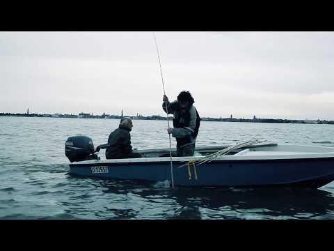 In linea immagazzini di una maglietta intima per pesca