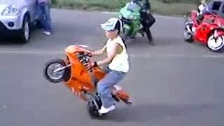 Ngỡ ngàng nhìn Bé chơi xe máy điện, ô tô điện trẻ em