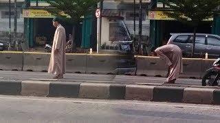 Salat di Tengah Jalan Depan Masjid, Pria tak Dikenal Jadi Tontonan, Lihat saat Petugas Datang