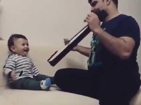 Μωρό ερωτευμένο με την ποντιακή λύρα