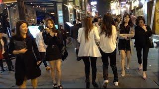 Ночная жизнь и сектанство в Южной Корее. Мужик по среди Сеула выгуливает...