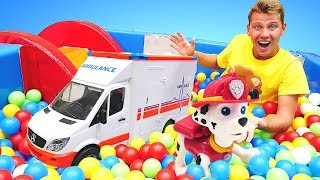 Видео для детей— Веселая школа, машинки иЩенячий Патруль вбассейне сшариками