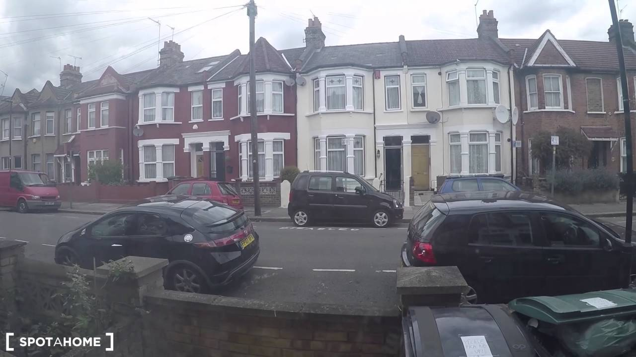 Rooms to rent in a 7-bedroom flat with backyard in Wood Green
