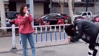 太嚣张!街头歌手惨遭路人抢话筒,一开口竟然逼疯原唱!