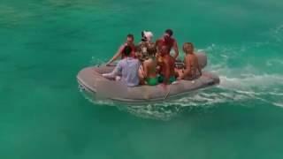 лодка с моделями перевернулась
