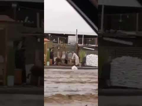 اهمال المسوولين  عمالة وافدة يتعمدون إلقاء الأثاث في مجرى السيول