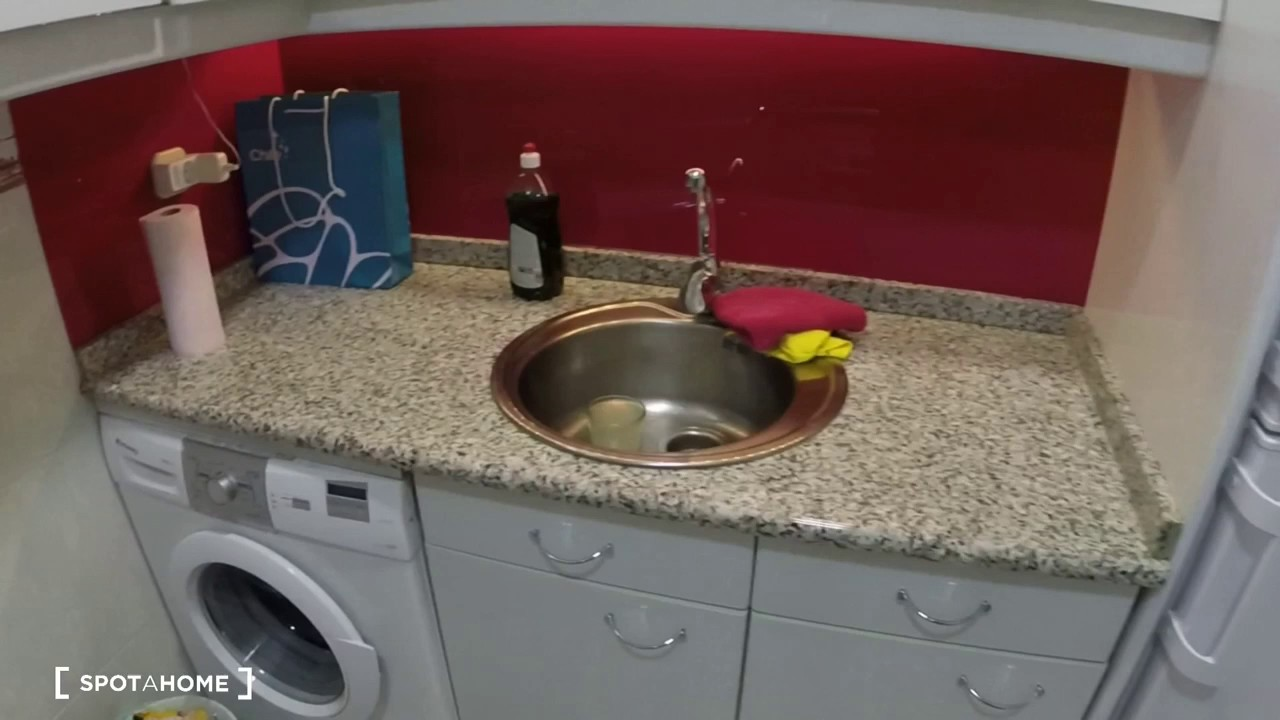 Rooms for rent in trendy 4-bedroom apartment with high ceilings in Salamanca