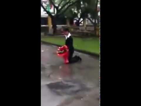Quỳ giữa mưa lạnh xin lỗi bạn gái xôn xao ĐH Sân khấu Điện Ảnh