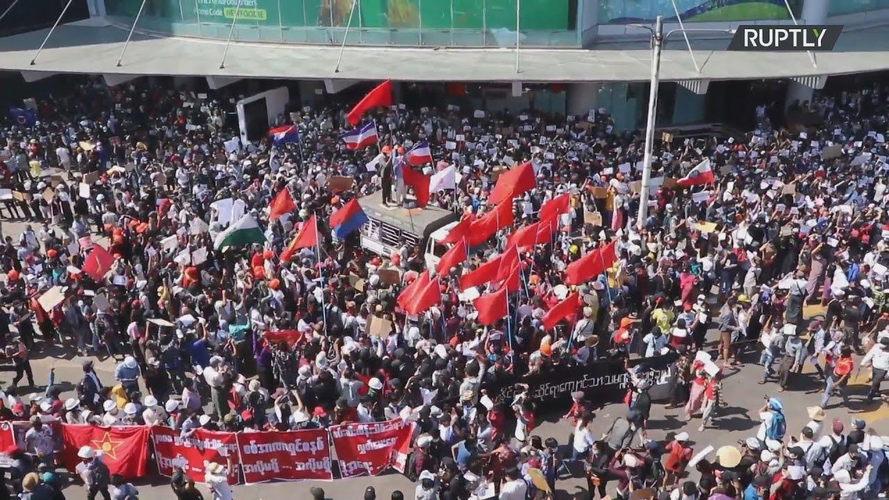 Μιανμάρ:Η αστυνομία μπλοκάρει το δρόμο καθώς διαδηλωτές πραγματοποιούν συγκέντρωση στη Γιανγκόν