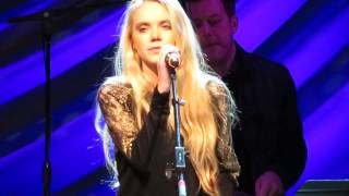 "Danielle Bradbery singing ""My Day"""