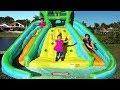 Diana e Roma brincam no escorregador de água insuflável