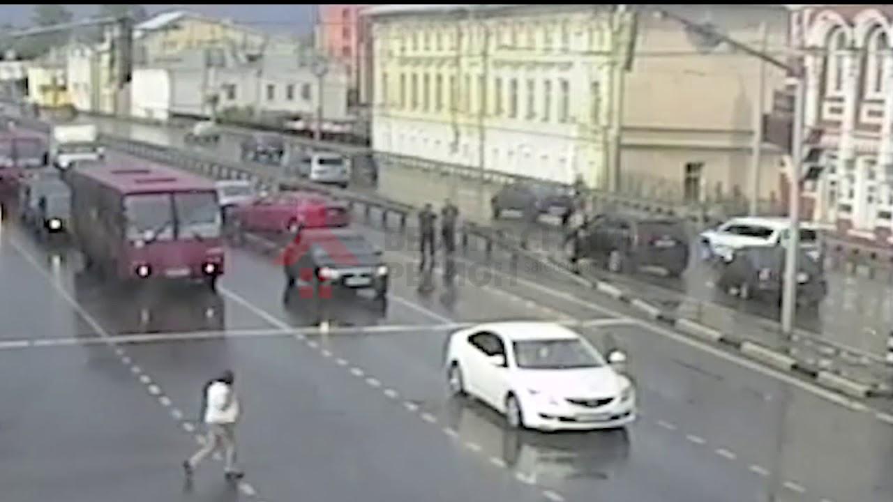 Автомобиль вытолкнули через разделитель на встречку в Ярославле