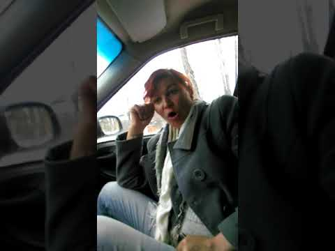Пьяная женщина угрожает таксисту