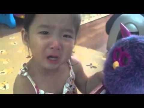 Cô bé khóc thảm thiết khi đồ chơi hết pin, nhưng bé tưởng nó chết ! Đáng yêu quá.