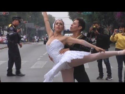 Bailarinas profesionales acercan su expresión artística a los transeúntes en México