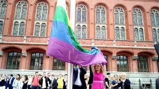 Berlinben kirakták a városházák elé a szivárványos zászlókat