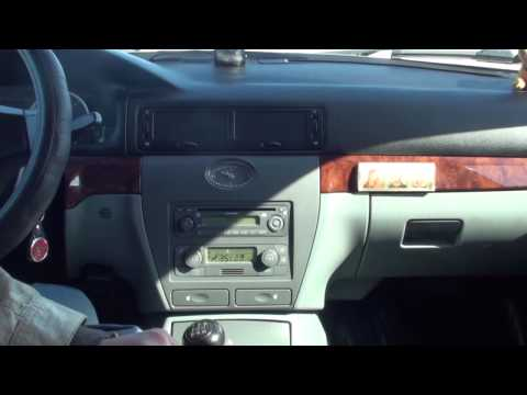 Der Toyota aus unter der Motorhaube riecht nach dem Benzin