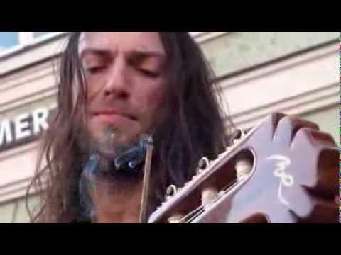 Mai visto un chitarrista così veloce! Puro talento! E' fantastico!