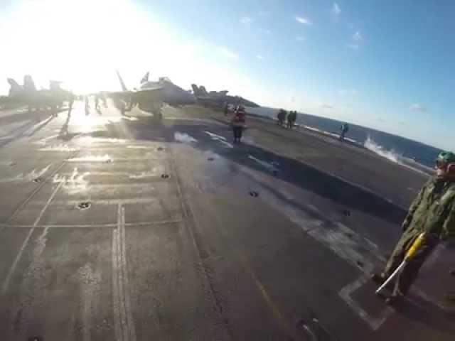 شاهد كيف يتم فحص الطائرة المقاتلة قبل إقلاعها
