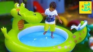 Детский надувной КРОКОДИЛ...!!! Егорка ИгРаЕт с ПаПоЙ...!!! Надувает Водой ШАРИКИ...!!!