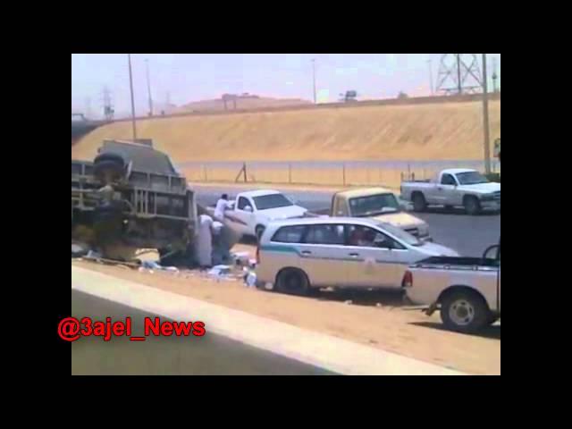 سرقة كراتين مياه من شاحنة بعد انقلابها على طريق الرياض - المزاحمية