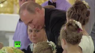 Владимир Путин утешил плачущую девочку в Кремле
