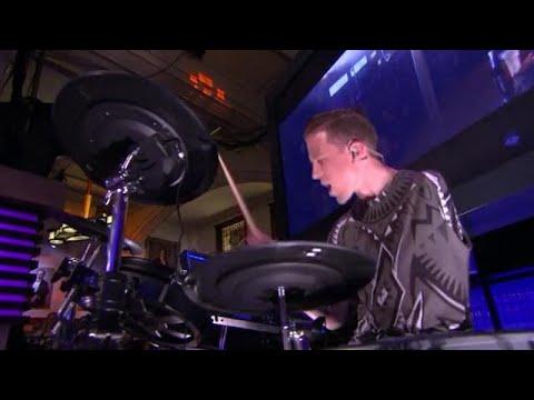 Alex Wegman trekt volle zalen als eenarmige drumme - RTL LATE NIGHT