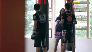 Чемпионка по тайскому боксу притворилась новичком - Видео онлайн