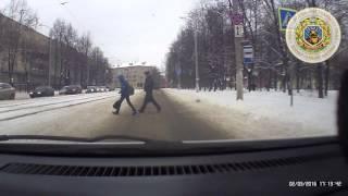 Смотреть онлайн Автомобиль сбивает людей прямо на пешеходном