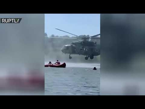 العرب اليوم - شاهد: طائرة هليكوبتر تكاد تلامس رؤساء أشخاص يسبحون في أوكرانيا