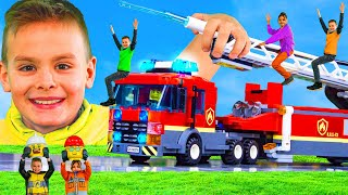 Kinder schrumpfen und spielen mit Feuerwehrautos, Baggern, Polizeiautos, Zügen und Spielzeugautos