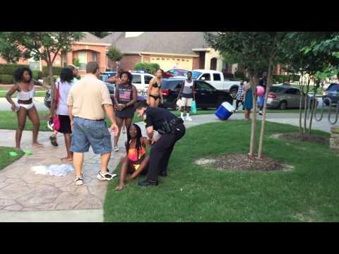 عنصرية الشرطة تجاه السود الأميركيين (فيديو)