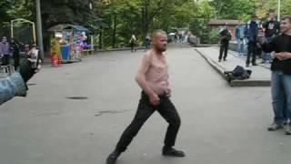 Харьковский бомж танцует ппц...